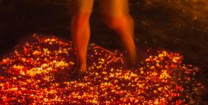 Feuerlauf glühende Kohlen