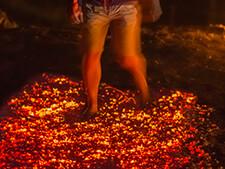 Feuerlauf: Teilnehmer direkt im Glutteppich